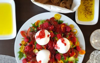 Cremiger Burrata auf Tomatensalat mit  Himbeer-dressing